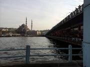 Die Brücke über das goldene Horn. Bis zum 15. Jahrhundert konnte man hier nachts eine Kette quer durch das Goldene Horn spannen, um die Schiffsdurchfahrt zu sperren.