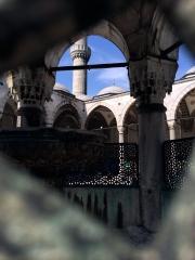 Im Innenhof der Blauen Moschee. Alle Gläubigen waschen sich hier ihre Füße. Ungläubige wir wir müssen Überschuhe anziehen.